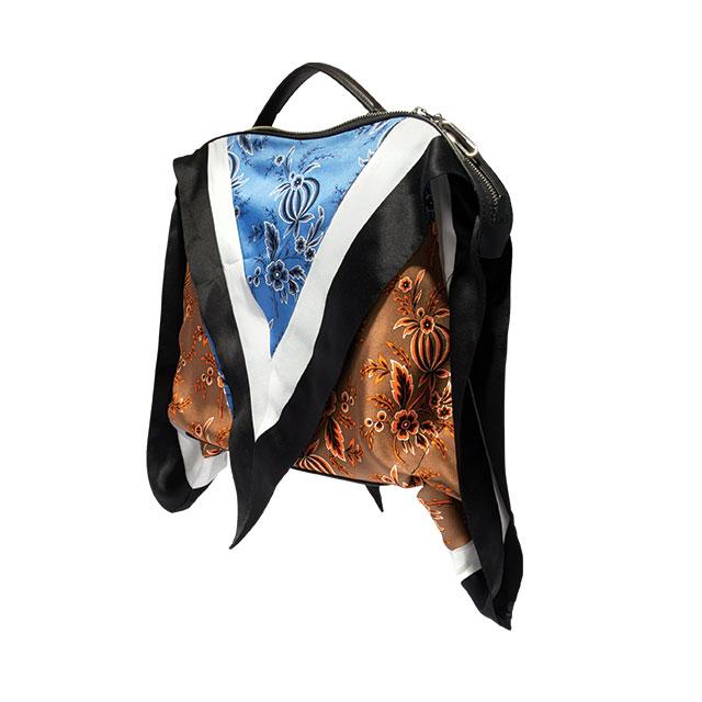 스카프로 레더 백을 감싼 듯한 디자인의 토트백은 가격 미정으로 3.1 Phillip Lim