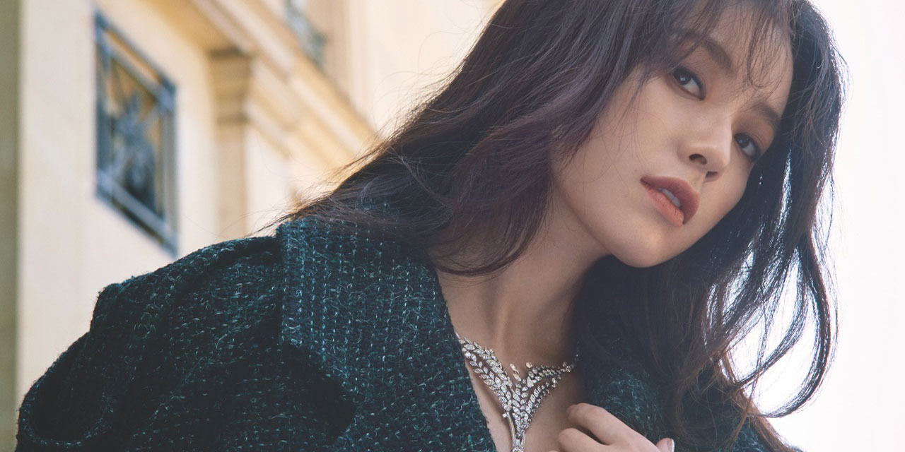파리 외곽의 어느 고요한 18세기풍 저택에서 조우한 배우 한효주. 그녀의 우아한 얼굴 위로 스며든 다이아몬드의 오라(Aura)와 마주하다.