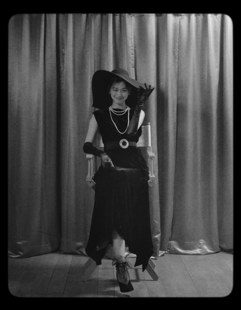 블랙 드레스는 Salvatore Ferragamo, 진주 귀고리, 목걸이는 TASAKI, 벨트는 Miu Miu, 스틸레토 힐 Jimmy Choo 제품.