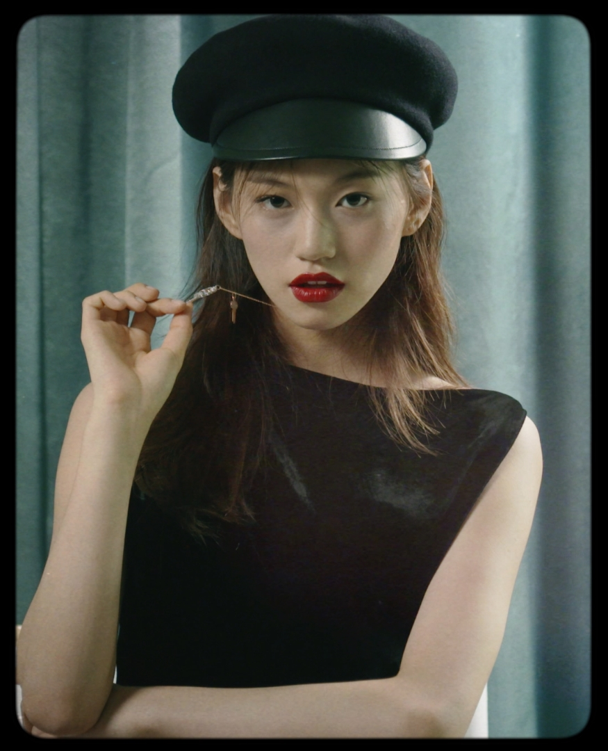 모자는 Dior, 목걸이는 Tiffany & Co. 제품.