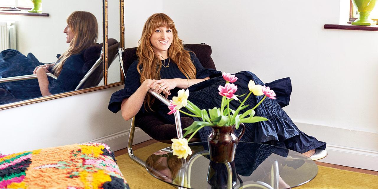 몰리 고다드의 화려한 옷장은 그녀의 웨스트 런던 집에서 풍기는 보헤미안적 영혼을 압축해놓은 것만 같다.