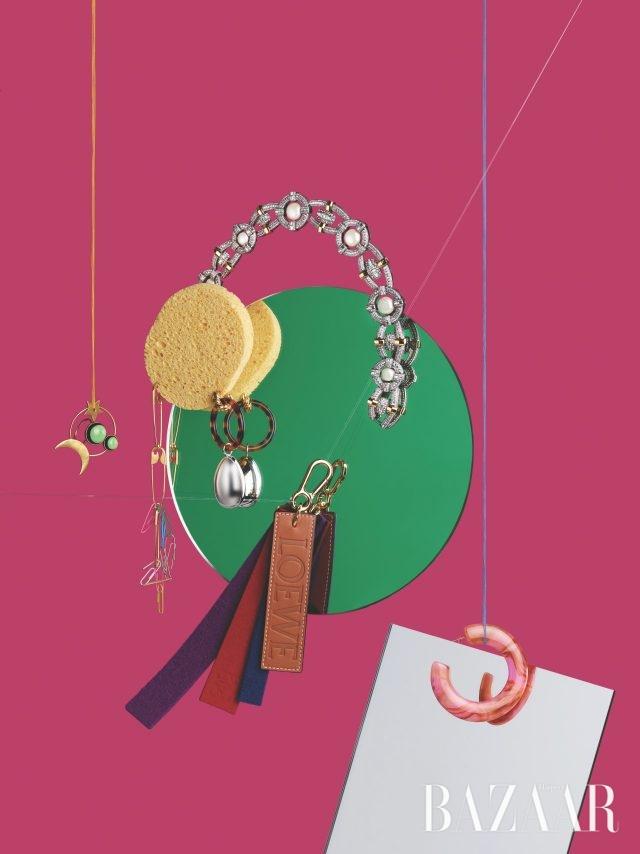 (위부터) 진주와 젬스톤 장식이 어우러진 볼드한 목걸이는 379만원으로 Louis Vuitton, 달과 별 모티프의 반지는 가격 미정으로 Dior, 옷핀 모티프 귀고리는 가격 미정, 동그란 실버 오너먼트가 달린 드롭 귀고리는 가격 미정으로 모두 Balenciaga, 펠트와 가죽 소재가 믹스된 백 참은 51만원으로 Loewe, 마블링 패턴의 후프 귀고리는 12만원대로 Cult Gaia by Net-A-Porter 제품.