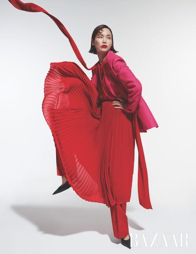 플리츠 디테일의 원피스,더블 브레스트 재킷, 슬랙스는 모두 가격 미정으로 Valentino, 슈즈는 가격 미정으로 Balenciaga 제품.
