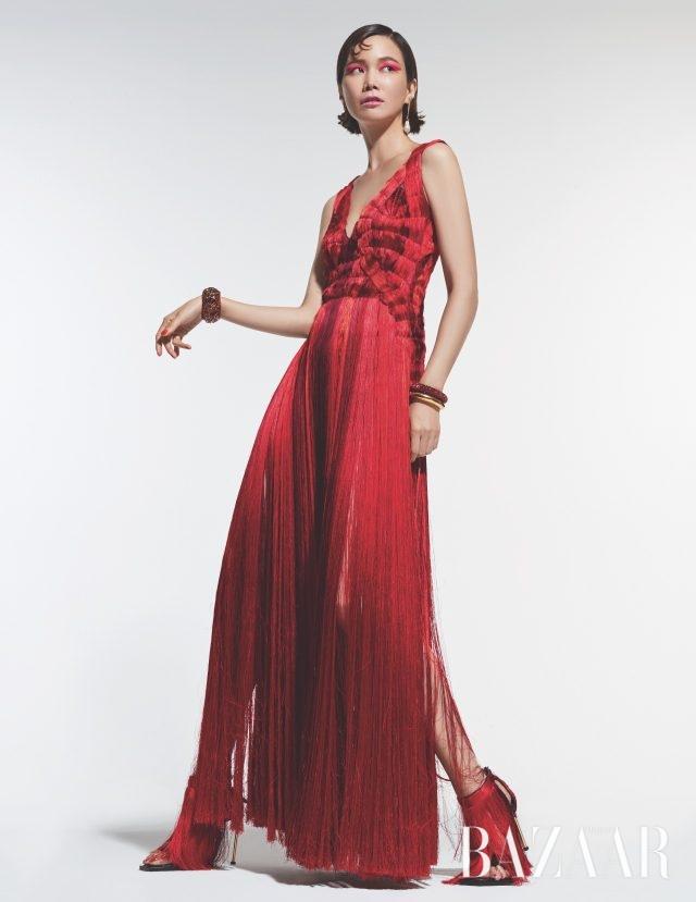 프린지 이브닝드레스, 진주 귀고리,볼드한 뱅글, 드레스 슈즈는모두 가격 미정으로Alexsander McQueen 제품.