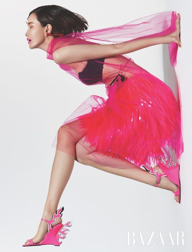 메시 소재 원피스는 290만원대, PVC 프린지 스커트는 가격 미정,불꽃 모티프 웨지 힐은 150만원대로 모두 Prada, 비즈 귀고리는 37만원으로 Simon Rocha 제품.