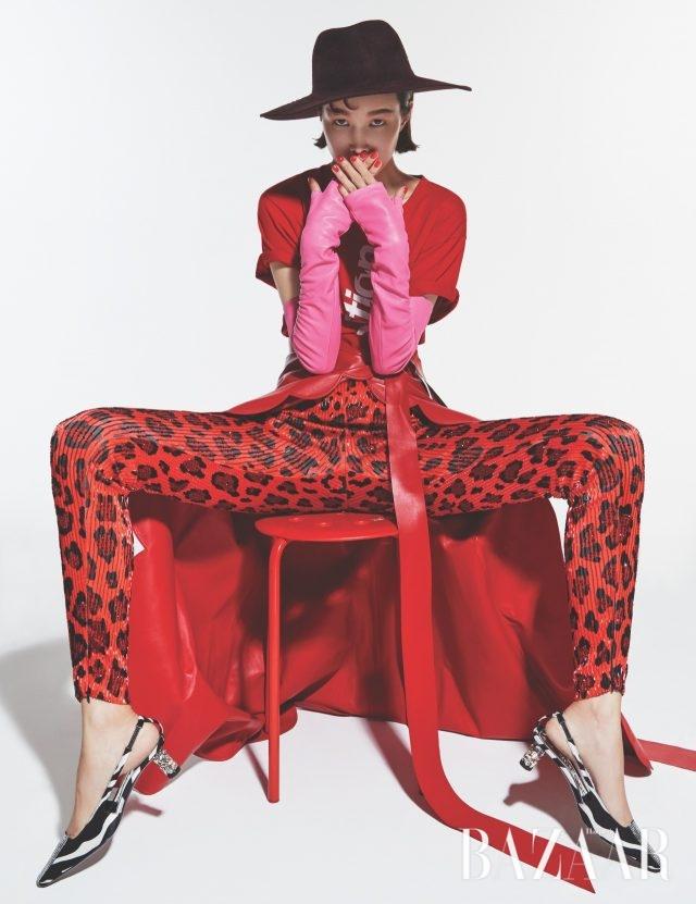 레터링 티셔츠는 가격 미정으로 Ports V,레오퍼드 패턴의 팬츠는가격 미정, 키튼 힐은 298만원으로 모두 Tom Ford, 레더 소재의 랩 스커트는 가격 미정으로 Valentino, 페도라는 가격 미정으로 Helen Kaminski, 레더 록 장갑은 가격 미정으로 Chanel 제품.