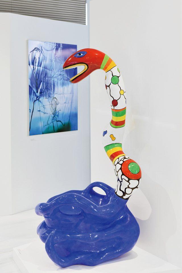 라프레리 코발트 블루에 영감을 준 니키 드 생팔의 'Pouf Serpent Bleu'.