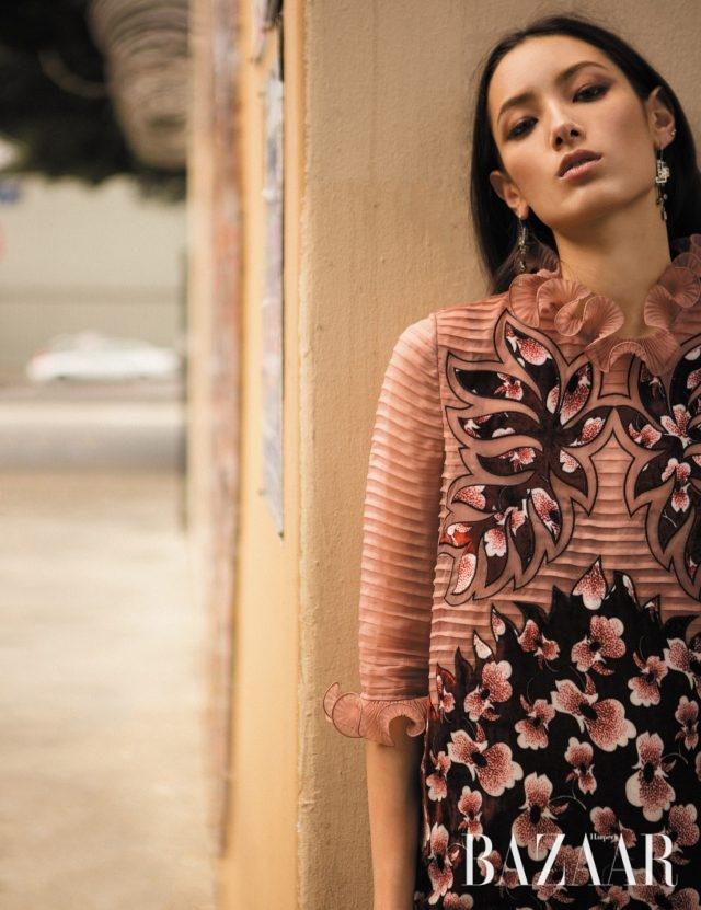 플라워 패턴을 컷아웃 기법으로 형상화한 오간자 소재의 드레스는 410만5천원으로 Bottega Veneta 제품.