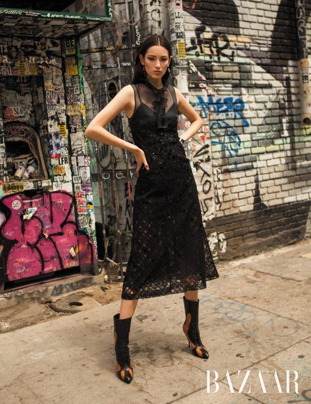 실크 오간자와 프렌치 레이스가 믹스된 드레스는 505만원으로 Bottega Veneta 제품.