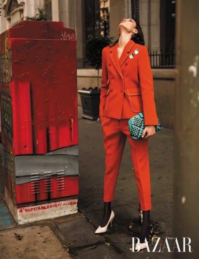 체인 스티치가 곁들여진 스트레치 울 소재 재킷은 292만5천원, 팬츠는 135만원, 주얼 귀고리는 가격 미정, 대담한 큐브 패턴의 '로렌 1980' 클러치는 327만원, 염소 가죽 펌프스는 99만5천원으로 모두 Bottega Veneta 제품.