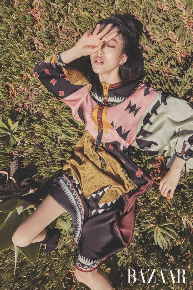 기하학 패턴의 드레스는 가격 미정으로 Etro 제품.