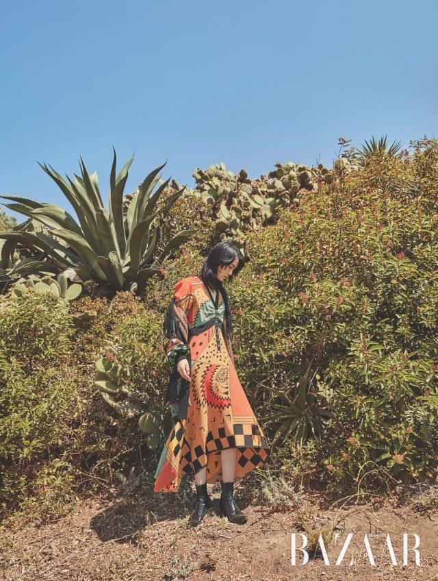 포켓 프린지 장식의 패턴 코트는 585만원, 기하학 문양의 롱 드레스는 295만원으로 모두 Etro 제품.