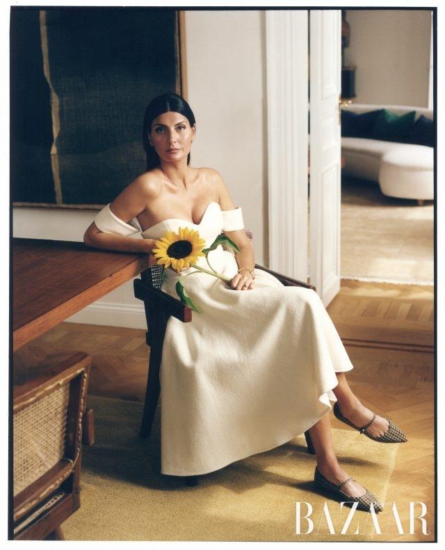드레스는 약 £705로 Sara Battaglia, 트위드 슈즈는약 £526로 Tabitha Simmons.