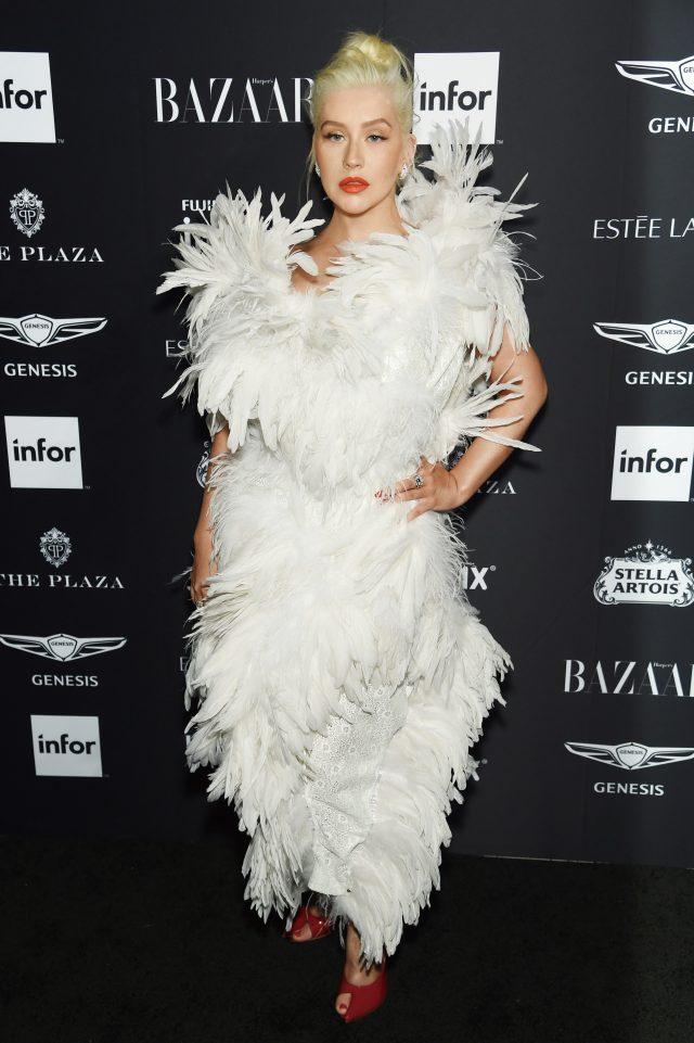 맥시멀한 깃털 드레스를 입고 등장한 크리스티나 아길레라.