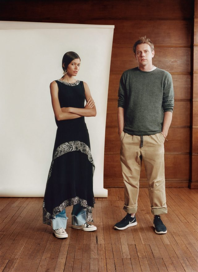 캡슐 컬렉션의 캠페인 모델 대니얼 래슐리와 함께 포즈를 취한 조너선 앤더슨.