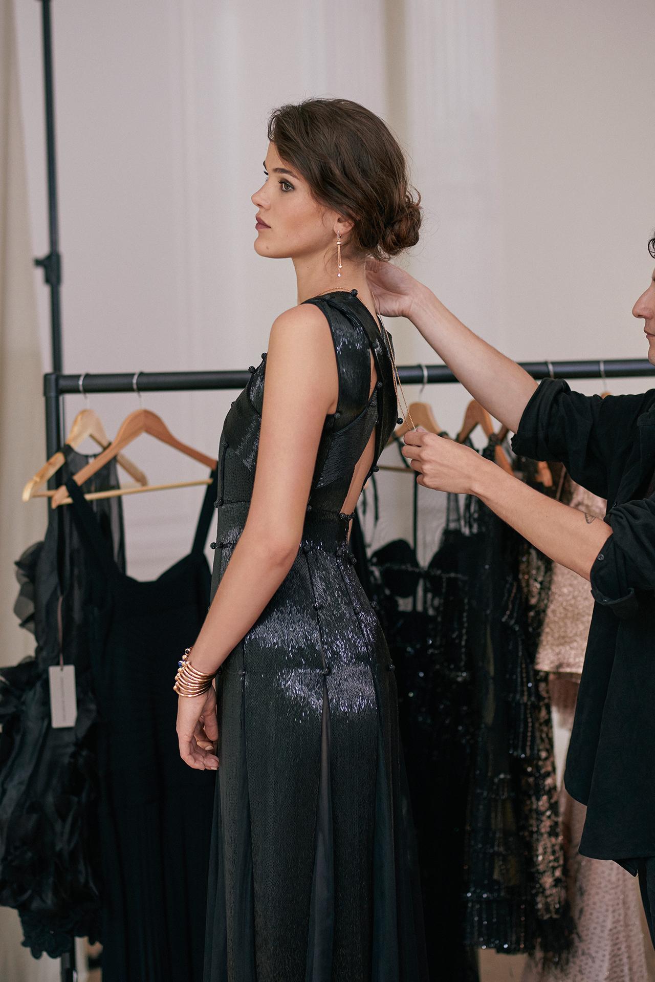 블랙 드레스는 2만 4천500유로.