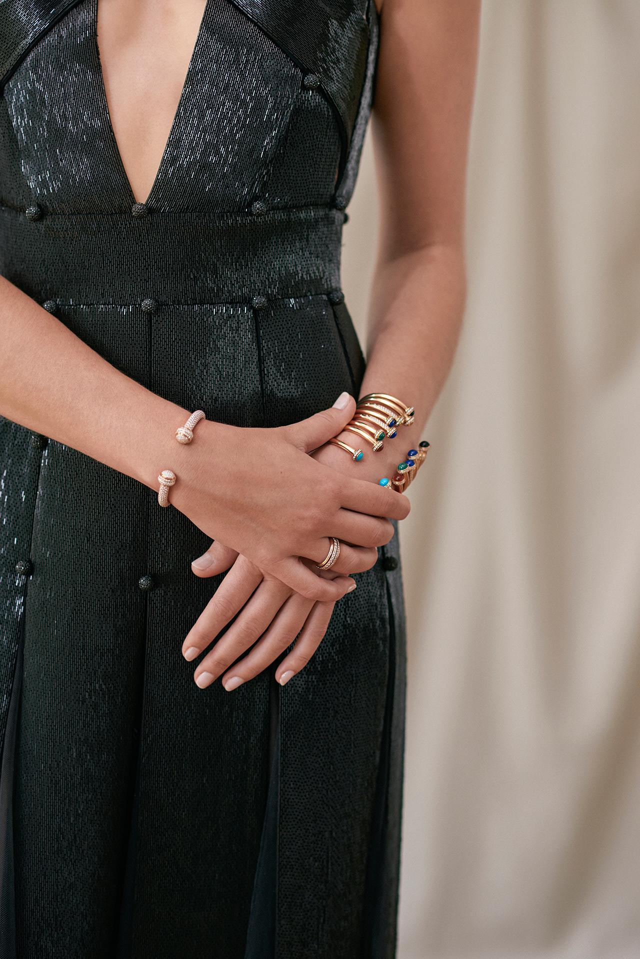 화이트 골드에 다이아몬드를 세팅한 포제션 오픈 뱅글 브레이슬릿은 9천 300만원으로 Piaget.다양한 포제션 오픈 뱅글 브레이슬릿 675만원부터 8천 600만원으로 Piaget.