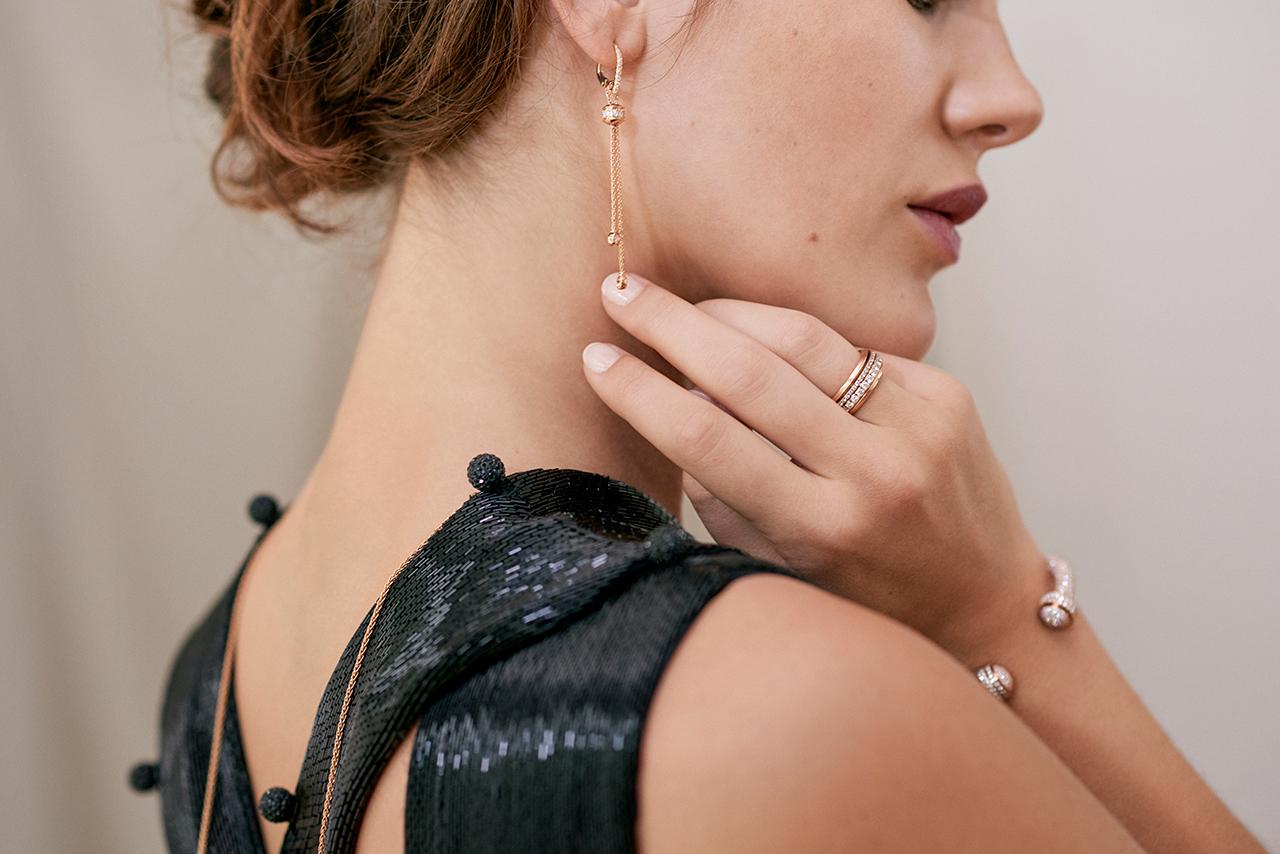 로즈 골드에 다이아몬드를 세팅한 포제션 이어링은 930만원으로 Piaget.로즈 골드에 다이아몬드를 세팅한 포제션 링은 1천 200만원으로 Piaget.