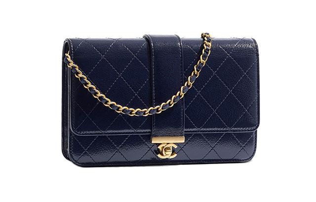 체인이 돋보이는 램스킨 지갑은 Chanel