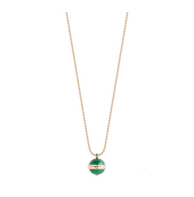 핑크 골드에 다이아몬드와 말라카이트를 세팅한 포제션 펜던트는 615만원으로 Piaget