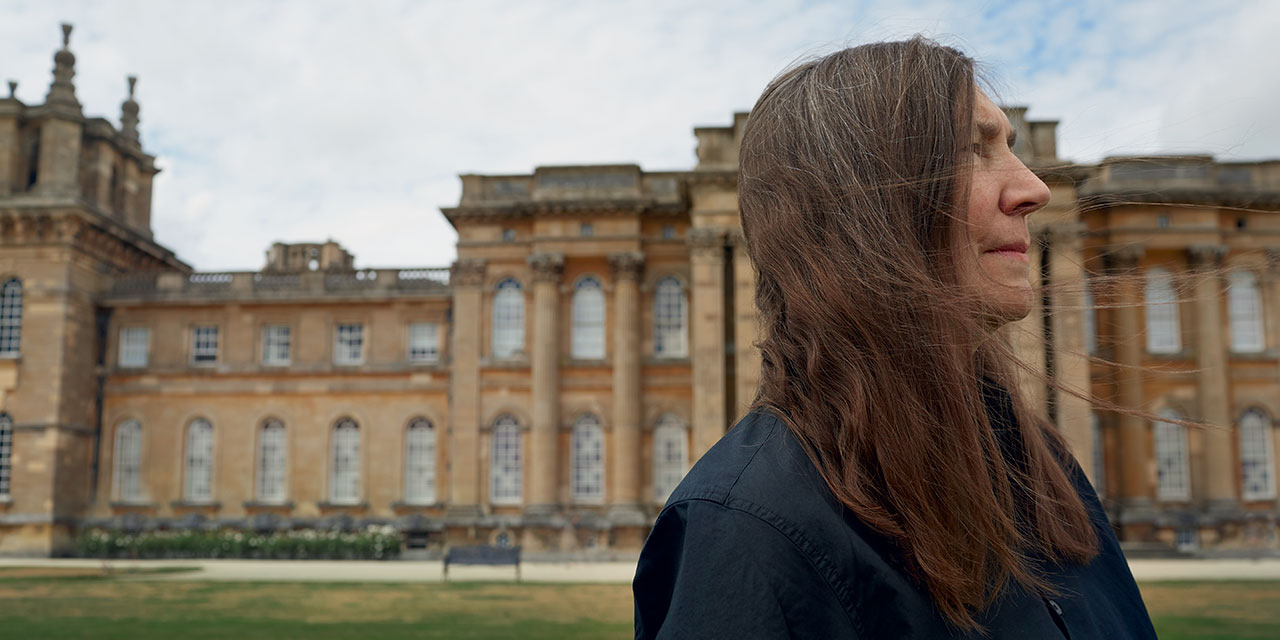 미국의 설치예술가인 제니 홀저(Jenny Holzer)는 지난해 말 영국에 있는 바로크 양식의 역사적인 블레넘 궁(Blenheim Palace)에서 그곳을 압도하는 대규모 조형물을 선보였다. 그 현장에서 영감과 도전이 되는 '문구(文句)'의 힘을 지속적으로 탐구하는 제니 홀저를 만났다.