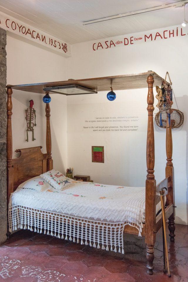 멕시코 전통 장난감과 인형이 걸려 있는 칼로의 침대.