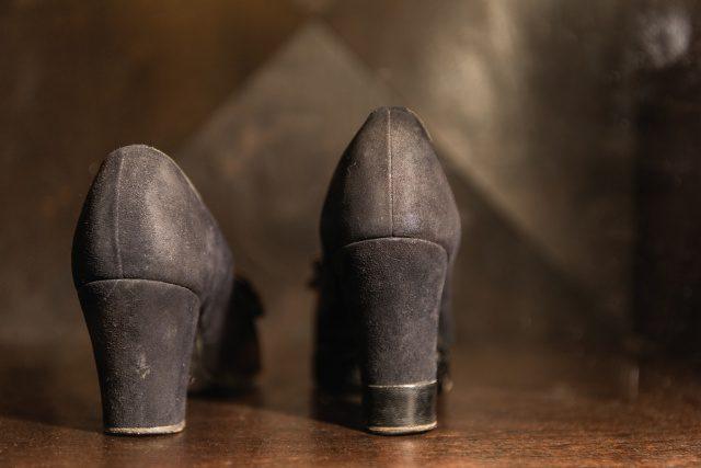 굽 높이가 서로 다른 칼로의 구두.