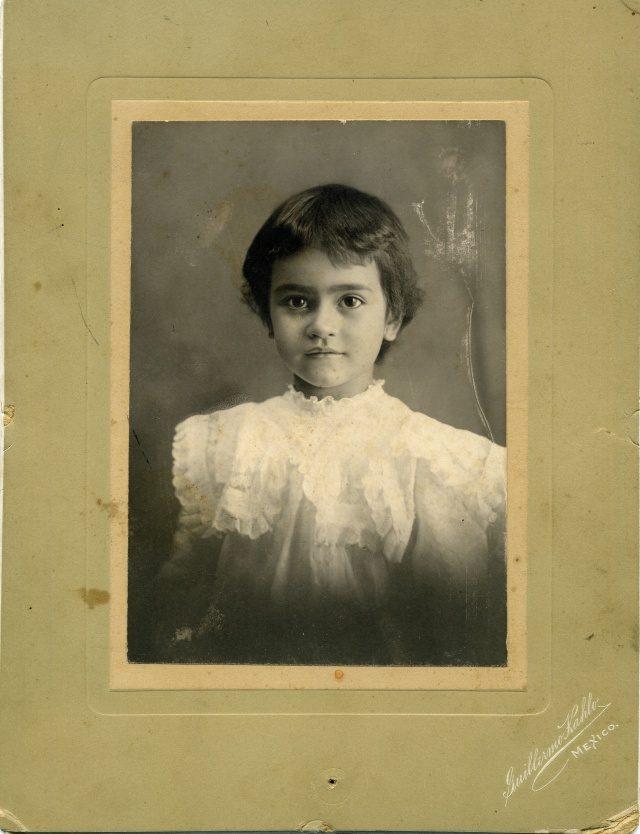 칼로가 2세 때 아버지 기예르모(Guillermo)가 찍어준 사진.