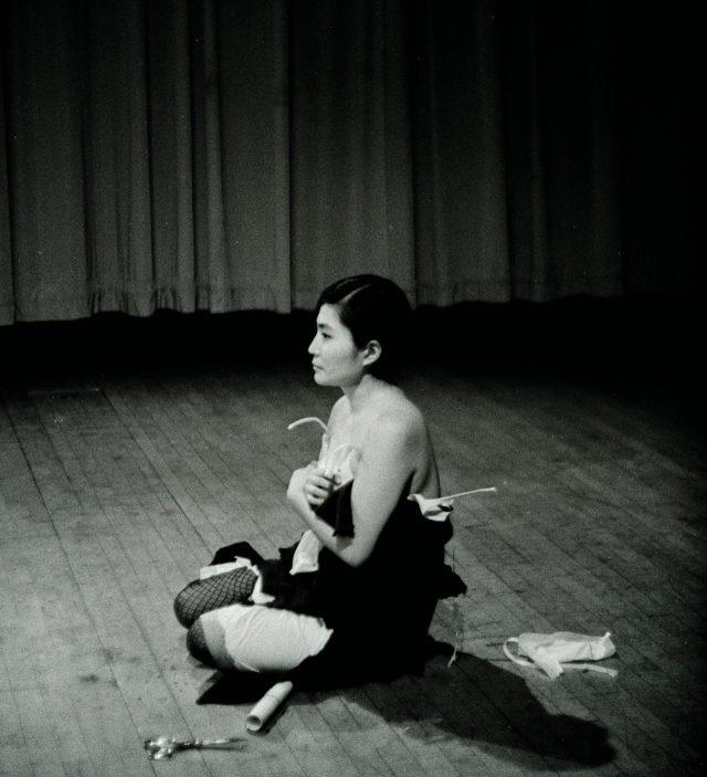 오노 요코의 퍼포먼스'Cut Piece'(1964).