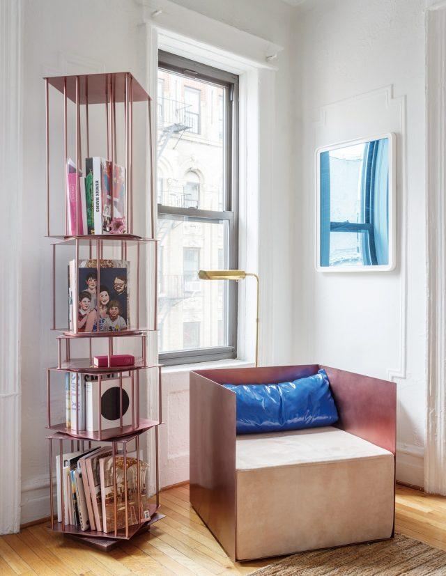 그는 거실의 이 공간을 '작은 도서관'이라 부른다.