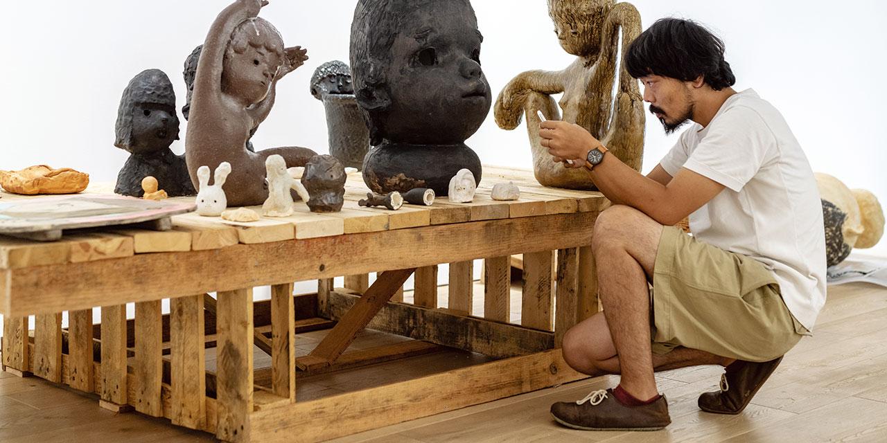 페로탱 서울에서 두 명의 일본 작가가 연달아 개인전을 열고 있다. 유구한 전통을 지닌 일본 도예 기법과 동시대적 미학을 혼합하는 오타니 워크숍의 한국 첫 개인전이 끝나고, 새로운 매체의 가능성을 지속적으로 탐구하며 유일무이한 작품 세계를 구축한 이즈미 가토의 전시가 곧 시작된다. 전시 준비를 위해 차례로 서울을 다녀간 두 작가의 작업 과정에 동행했다.