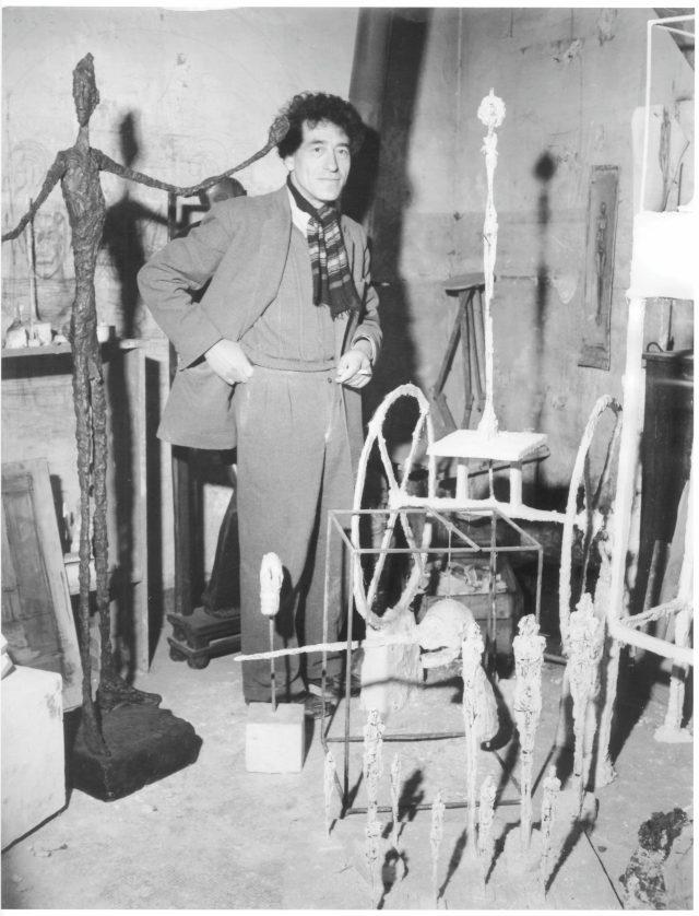 아틀리에에서 포즈를 취한 자코메티, 1950.