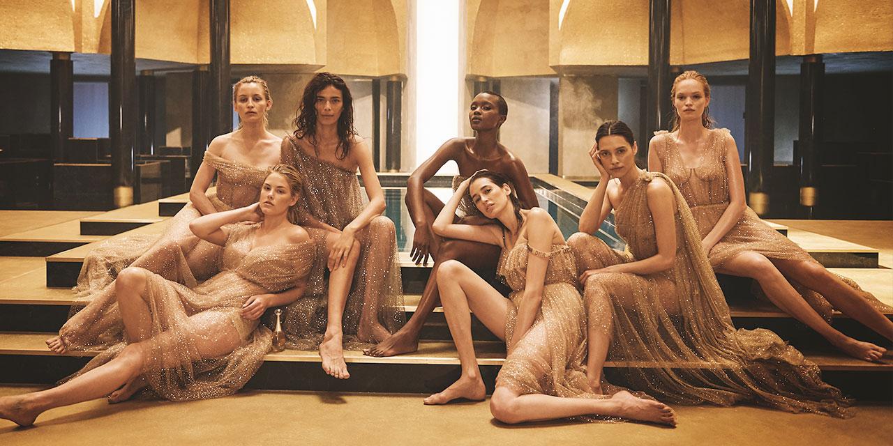 '쟈도르'의 또 다른 이름은 샤를리즈 테론이라고 해도 무방하다. '쟈도르 압솔뤼 오 드 퍼퓸'의 출시와 함께 공개될 새로운 캠페인 촬영을 마친 샤를리즈 테론이 여성들의 파워풀한 연대, 그리고 이 시대가 맞이하고 있는 새로운 여성성에 관해 이야기 한다.