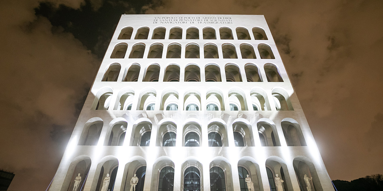 늘 새로운 것에 도전하는 로마의 명품 브랜드 펜디. 이번엔 전 세계적인 예술가 라슬로 보르도스와 손을 맞잡고 이색적인 아트 퍼포먼스 '빛의 형태'를 선보인다.