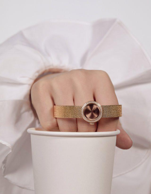 메탈의 유연함을 강조한'라 디 드 디올 사틴' 워치는 가격 미정 Dior Timepiece, 셔츠는 20만원대 Polo Ralph Lauren.