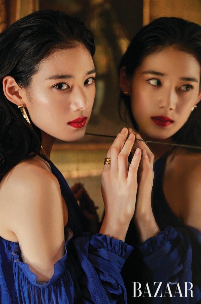 드레스는 Louis Vuitton, 골드 액세서리는 Doconcept.