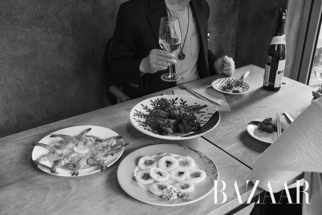 갈빗살로 만든 라보 데 토로와 새우 카르파치오, 화전으로 차린 식탁.