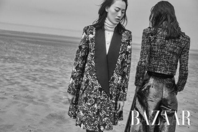 (왼쪽부터) 혜승이 입은 테일러드 코트, 화이트 터틀넥은 모두 가격 미정 Chanel.지혜가 입은 트위드 재킷,와이드 팬츠는 모두가격 미정 Chanel.