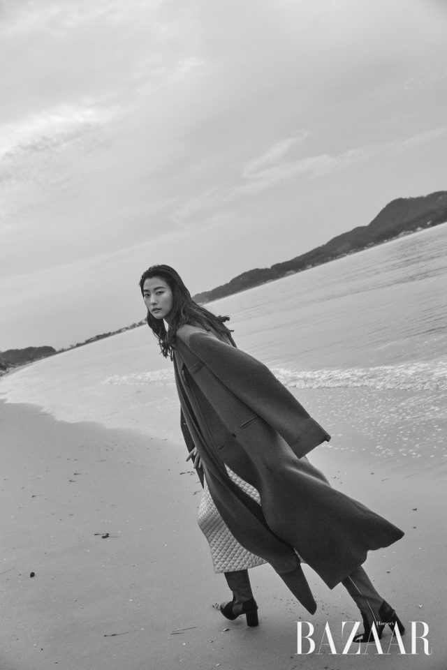 퀼팅 코트는 가격 미정 Nina Ricci, 오버사이즈 코트는 가격 미정 Ports 1961, 부츠는 가격 미정 Chanel.