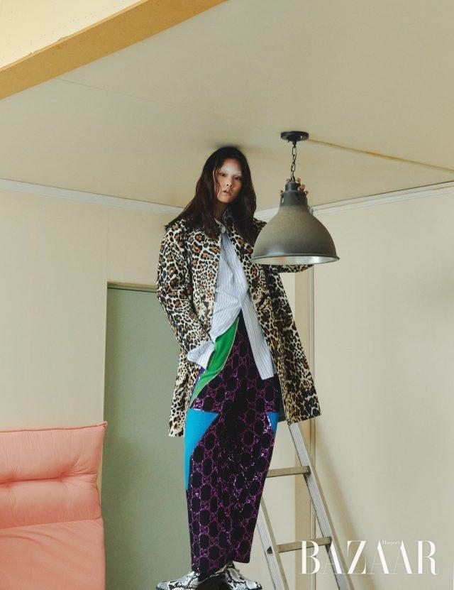 코트는 가격 미정 Bottega Veneta, 셔츠는 가격 미정, 팬츠는 570만원 모두 Gucci, 슈즈는 8만9천원 Zara.