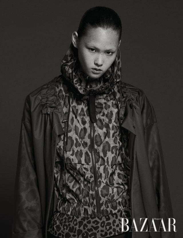 PVC 소재 아우터는 가격 미정 Eudon Choi, 점퍼는 85만원 Kenzo, 이너로 입은 티셔츠는 43만원 N°21, 초커는 9만9천원 Moschino [tv] H&M.