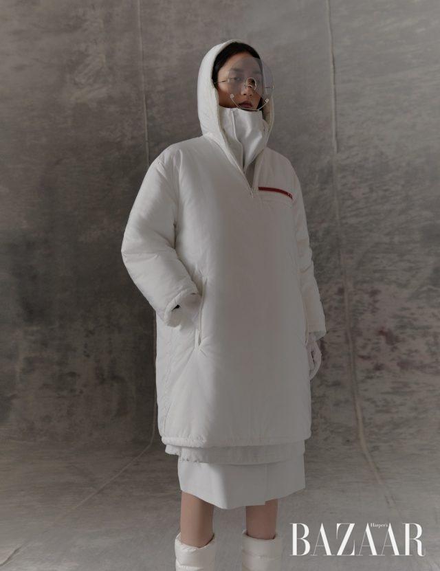 패딩 코트, 이너로 입은 터틀넥 톱, 스커트는 모두 Prada, 선글라스는 Gentle Monster, 패딩 부츠는 Chanel, 장갑은 에디터 소장품.