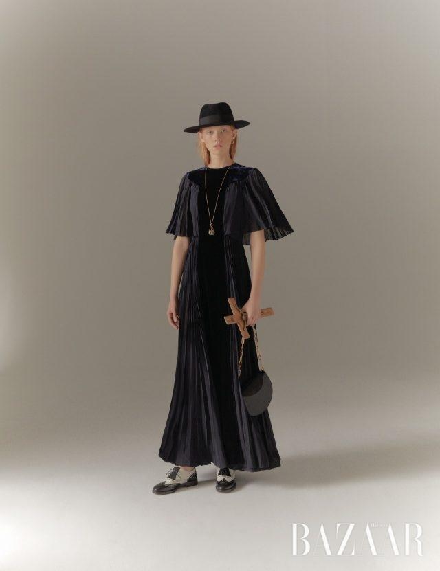 드레스, 모자, 목걸이, 슈즈는 모두 Dior, 귀고리와 백은 모두 Burberry.