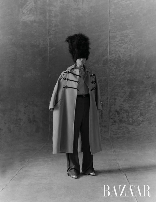 코트, 셔츠, 팬츠, 스카프, 벨트는 모두 Nina Ricci, 슈즈는Hermès, 모자는 에디터 소장품.