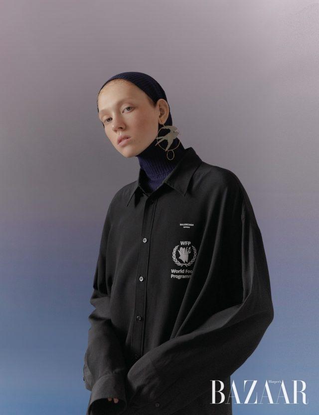 셔츠는 150만원대, 후디 톱은 가격 미정 모두 Balenciaga, 귀고리는 60만원대 J.W Anderson by Net-A-Porter.