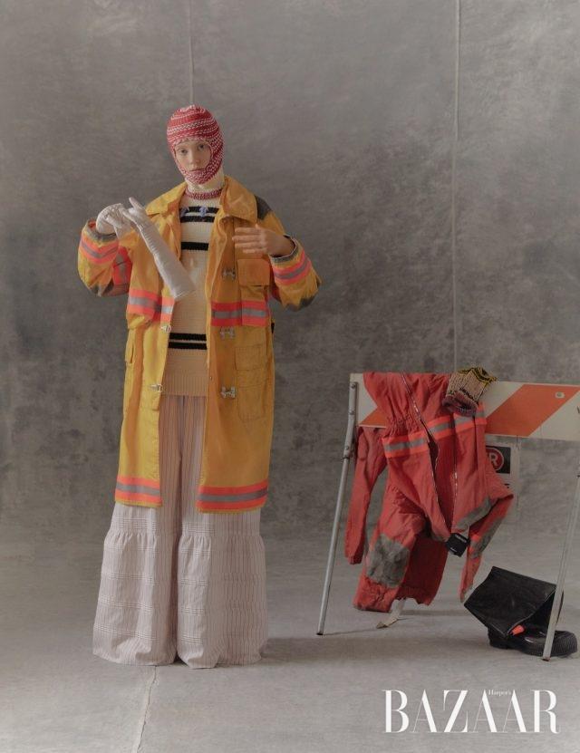 코트, 니트 톱, 스커트, 발라클라바, 장갑은 모두 Calvin Klein 205W39NYC.