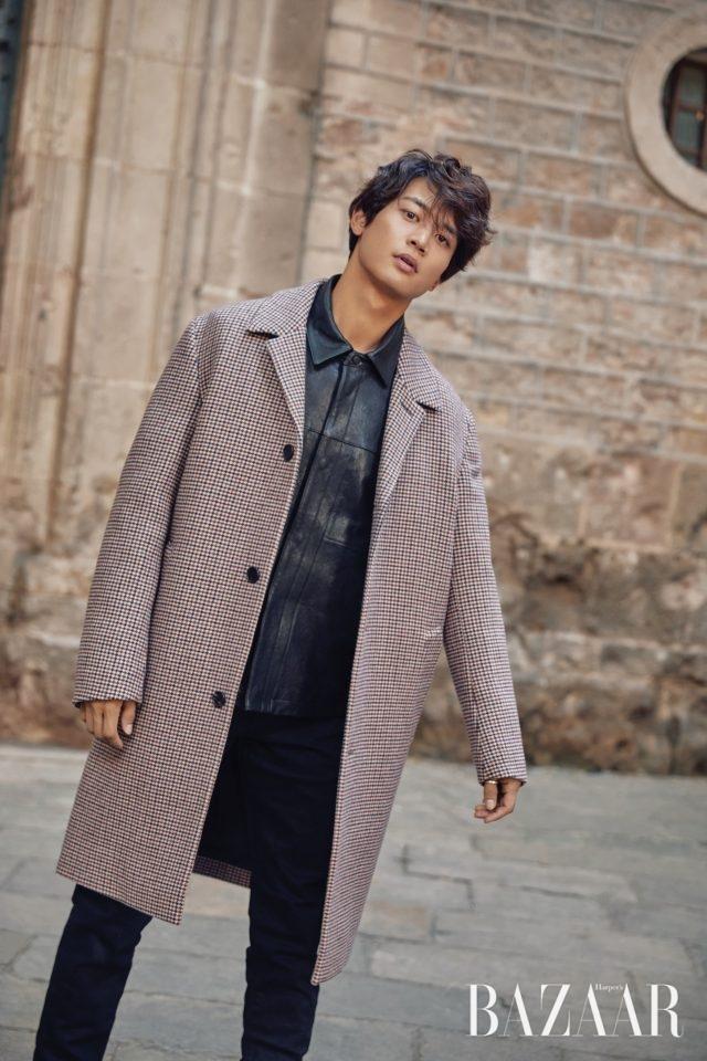 오버사이즈 코트, 가죽 재킷, 팬츠는 모두 Club Monaco.
