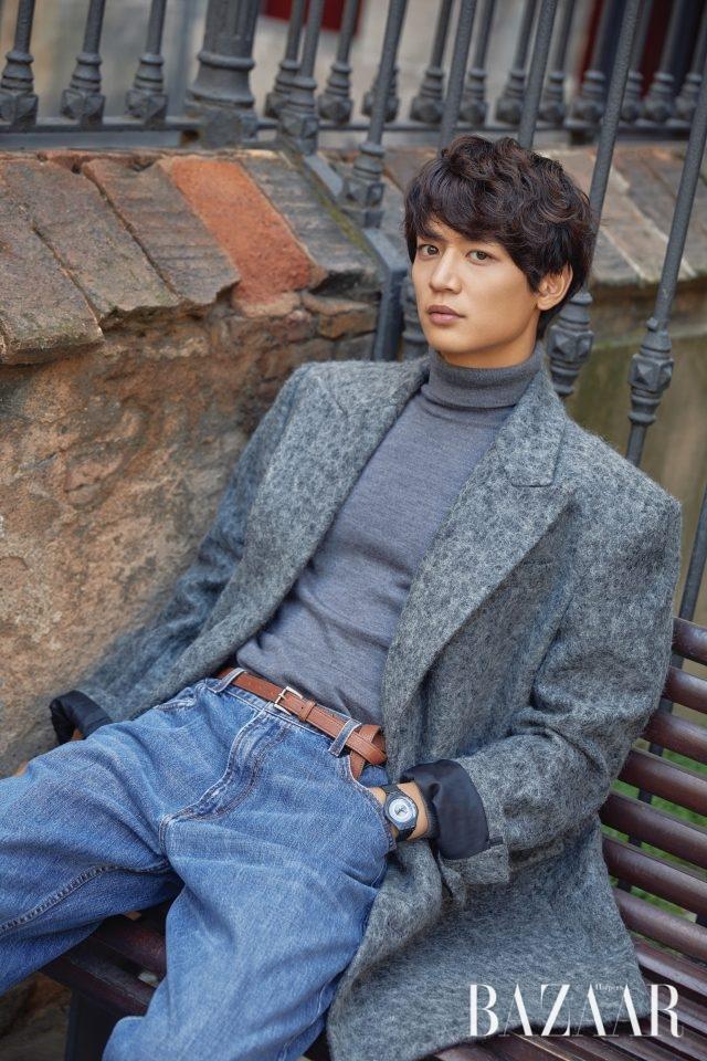 트위드 재킷, 터틀넥, 데님 팬츠는 모두 Kimseoryong, '스킨나이트' 시계는 Swatch.