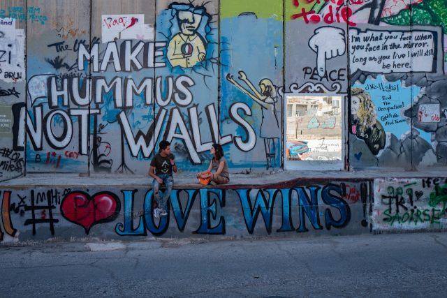 호텔 앞에서부터 이어지는 그래피티 장벽은 '월 뮤지엄'이라고 불린다. 팔레스타인 젊은이들과 세계 각국의 아티스트, 관광객들은 저항과 반전, 평화의 문구를 새기고 돌아간다.