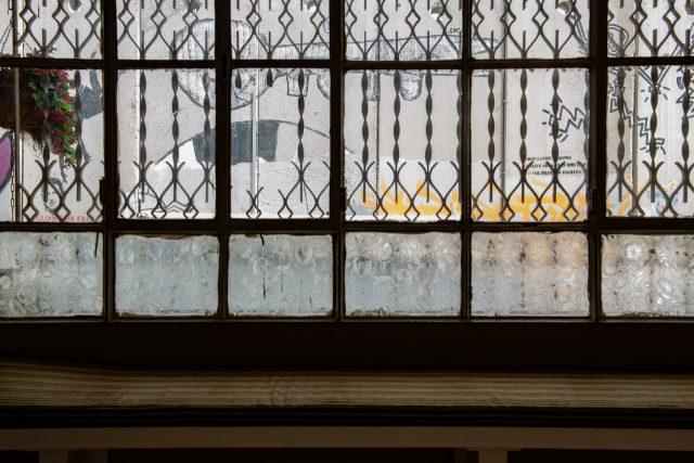 호텔 로비 창문 너머로 내다보이는 건 오직 회색 콘크리트 벽 뿐이다.